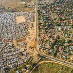 เส้นแบ่งเขตที่ทำให้เห็นระหว่างย่านคนจนกับย่านคนรวย